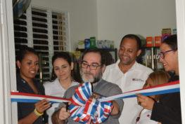 El P. Magín junto al equipo de Cáritas, realiza en corte de la cinta del nuevo local.