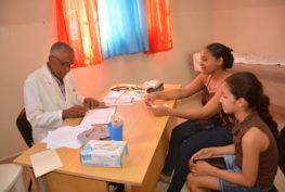 Dr. Tobías, realiza consulta a madre e hija, durante el Operativo Médico